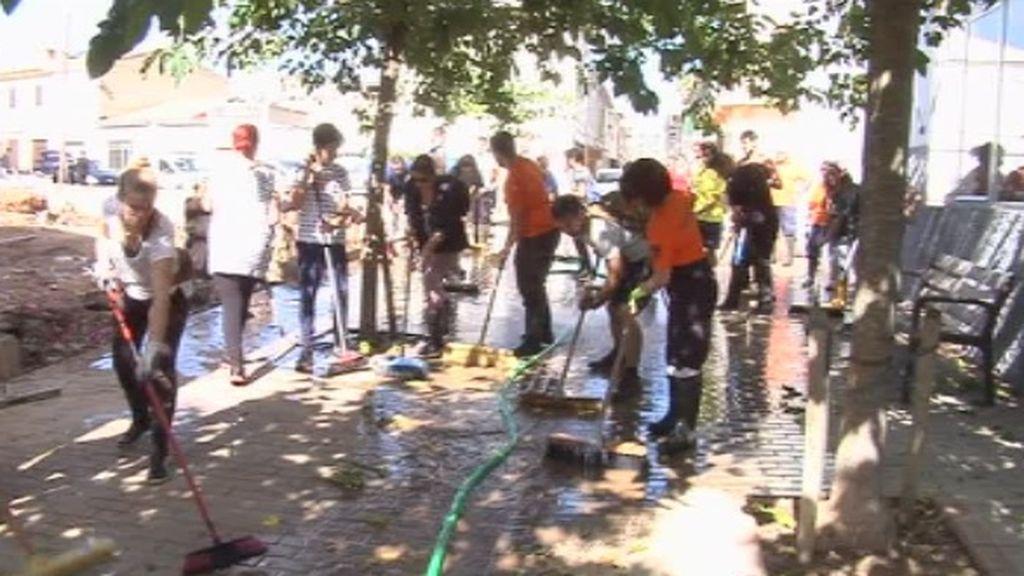 El 'ejército de la escoba y la manguera' trabajan sin descanso en Sant Llorenç