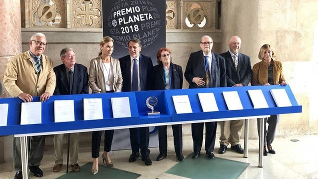 Fernando Delgado, Alberto Blecua, Carmen Posadas, Josep Creuheras, Rosa Regàs, Pere Gimferrer, Juan Eslava Galán y Belén López, jurado del Premio Planeta de novela.