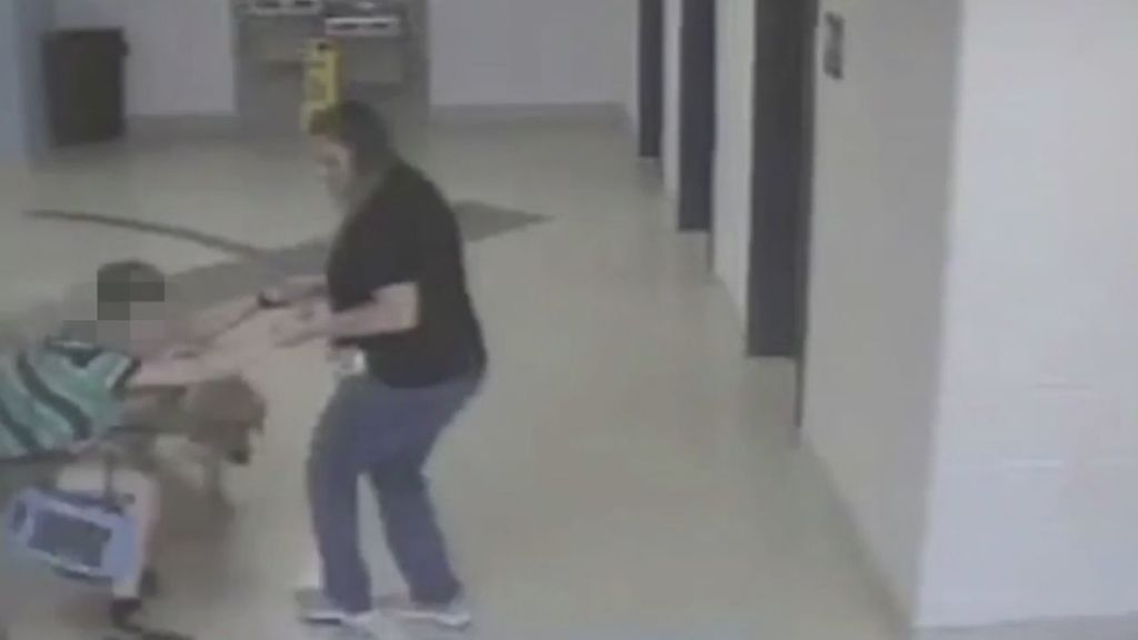 Una maestra y una enfermera arrastran por el pasillo a un niño autista y a su perro guía
