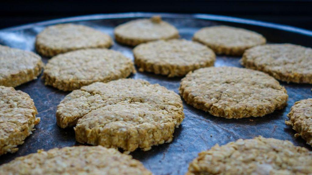 Un adolescente le da a sus compañeros galletas hechas con las cenizas de su abuela