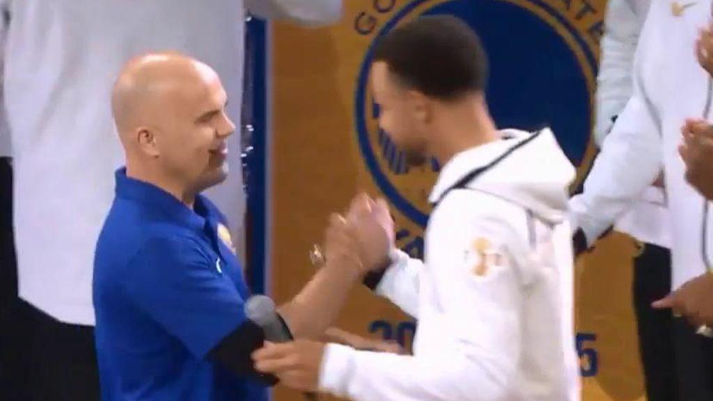 Stephen Curry regala su anillo al director del equipo de operaciones tras más de 30 años en los Warriors