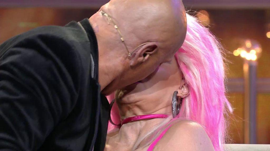 Kiko Matamoros se 'pica' con Makoke ¡y le planta un beso en la boca a Aramís!