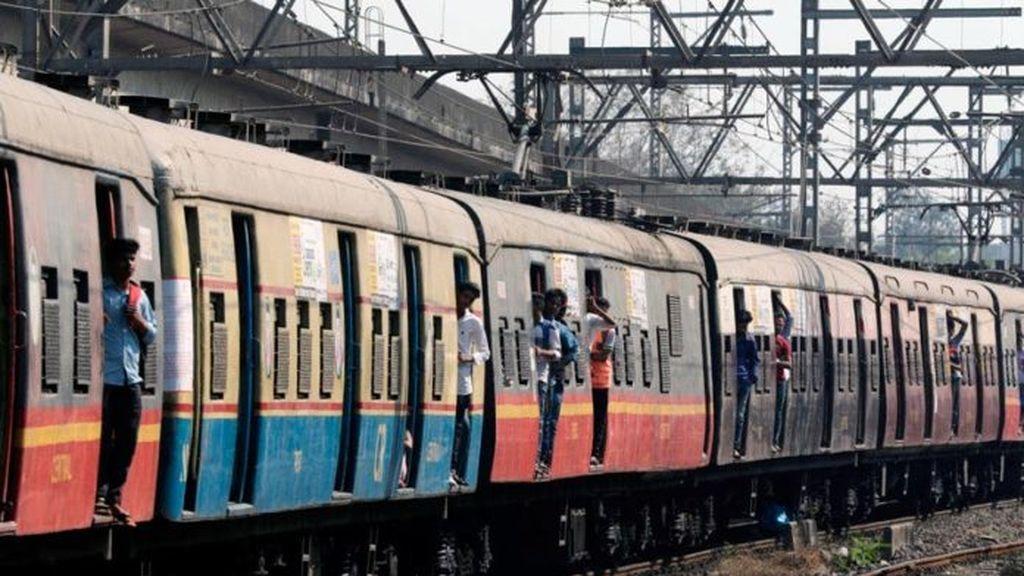 Un tren arrolla a una multitud en la India y deja al menos 50 muertos