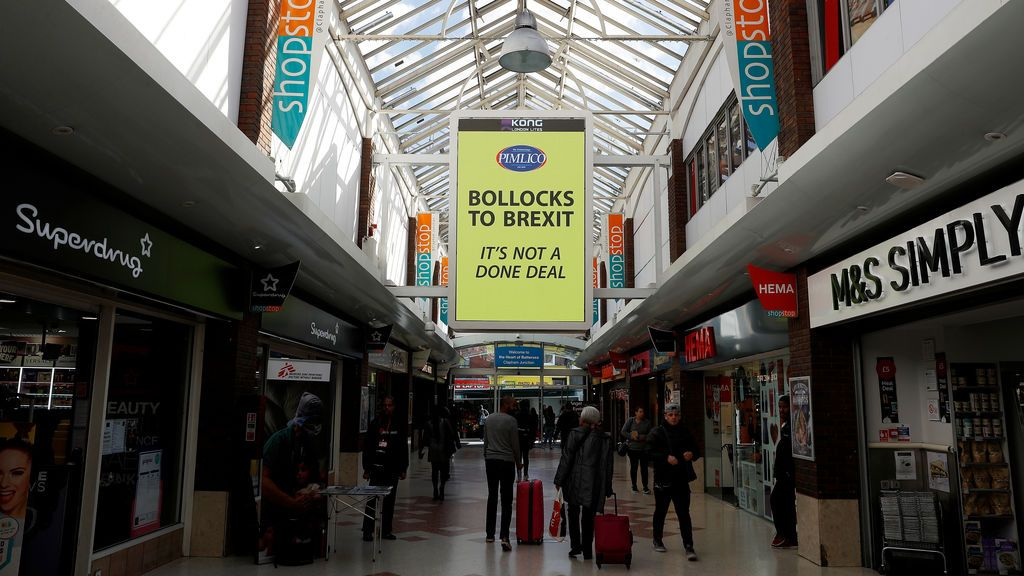 """""""Hasta los huevos del Brexit"""": la campaña de carteles de un millonario en Londres"""