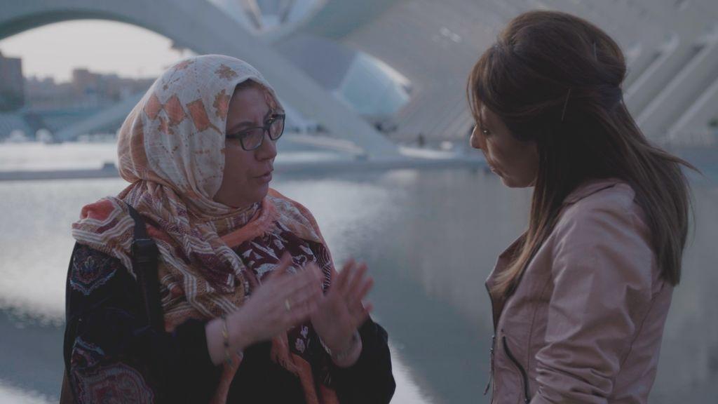 Ana Terradillos entrevista a mujeres musulmanas en 'España mira a La Meca'.