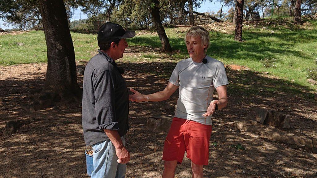 Jesús Calleja habla con ganaderos de Huelva.