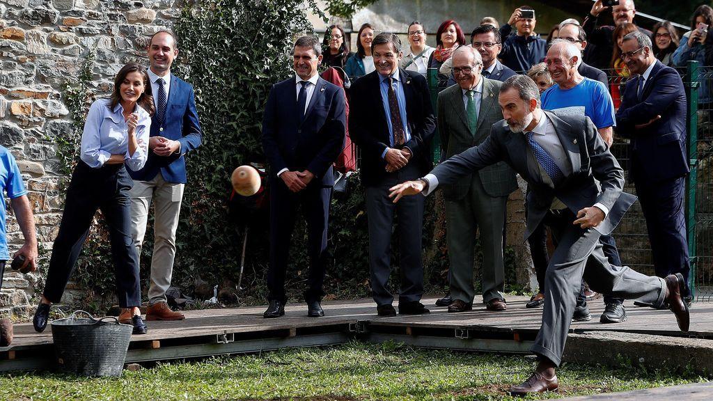 Cálida acogida a los Reyes por parte de los vecinos de Moal, en Asturias