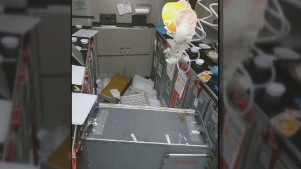 Pánico en un vuelo: sangre, bandejas por el aire, maletas abiertas y pasajeros heridos