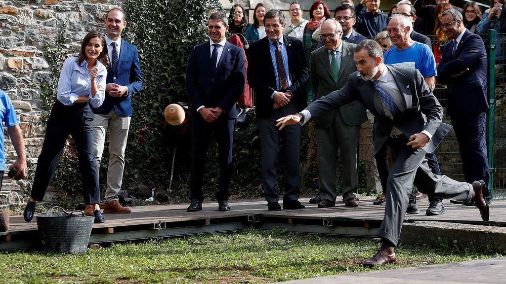 Felipe VI juega al bolo vaqueiro en Moal, el Pueblo Ejemplar de 2018