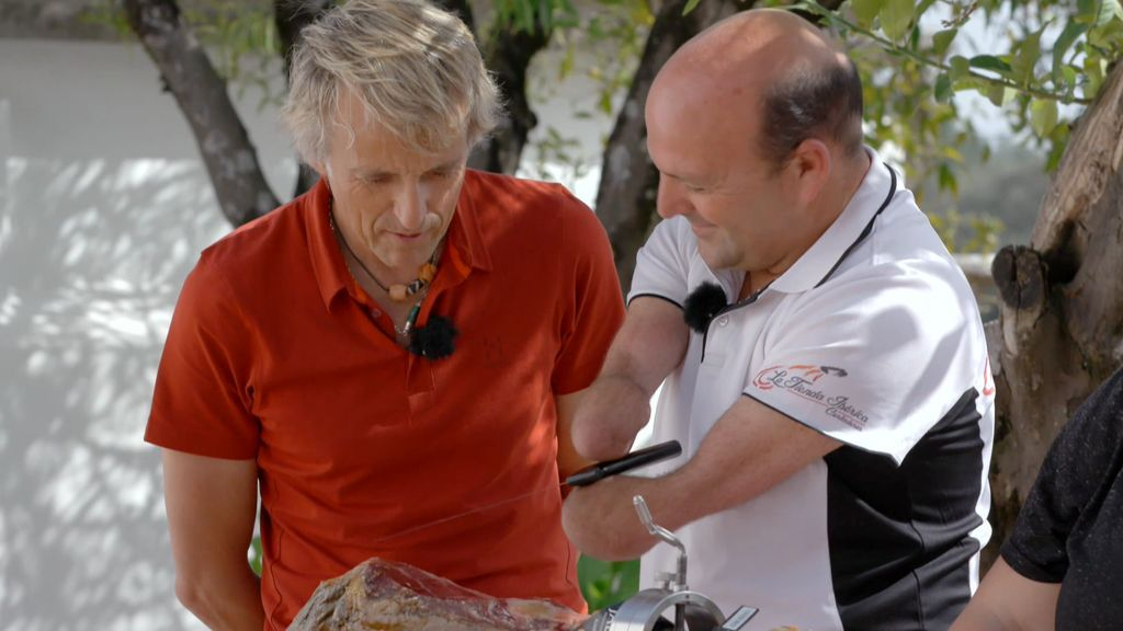José es un cortador de jamón muy especial: Lo hace sin manos y por una causa solidaria
