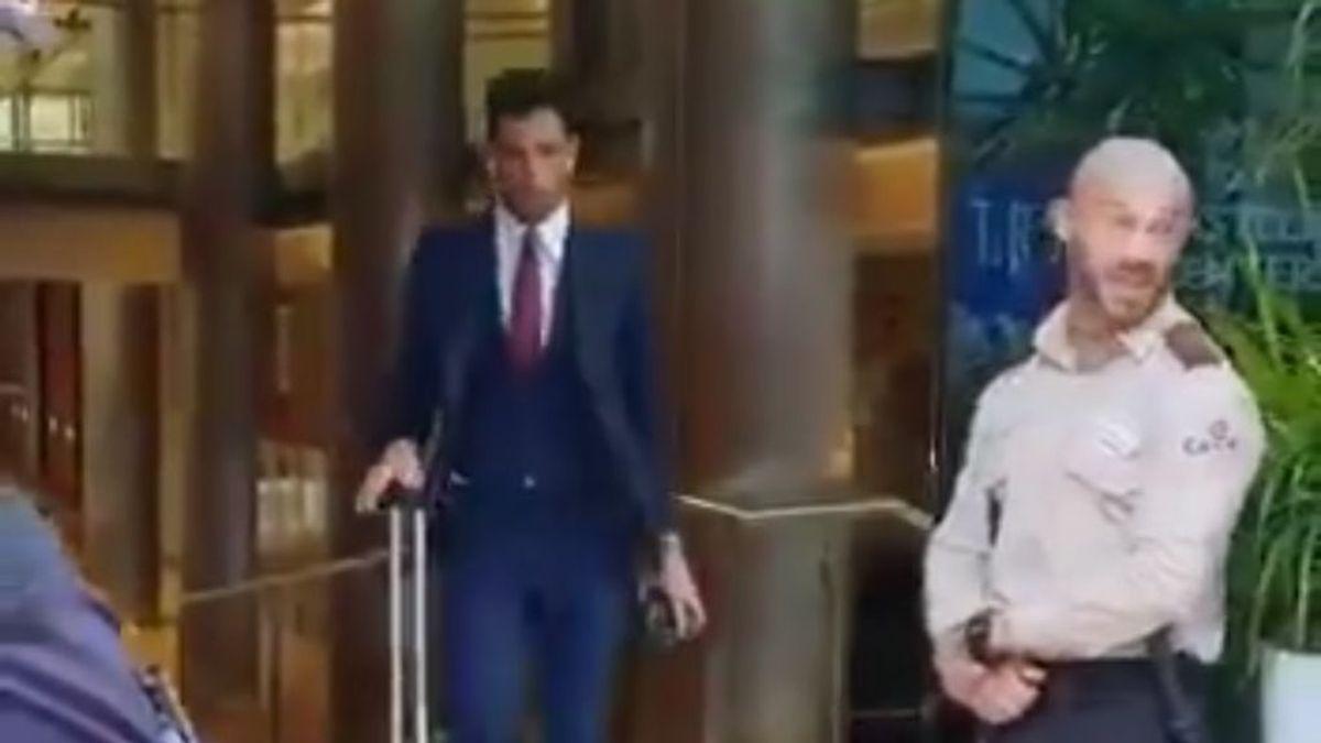 Adán se convierte en viral tras su aparatosa caída al salir del hotel de concentración