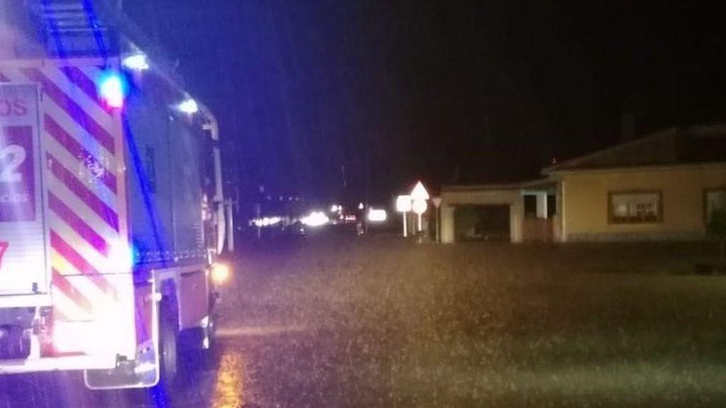 Un bombero desaparecido tras volcar un camión y más de 300 incidencias por las lluvias en Málaga