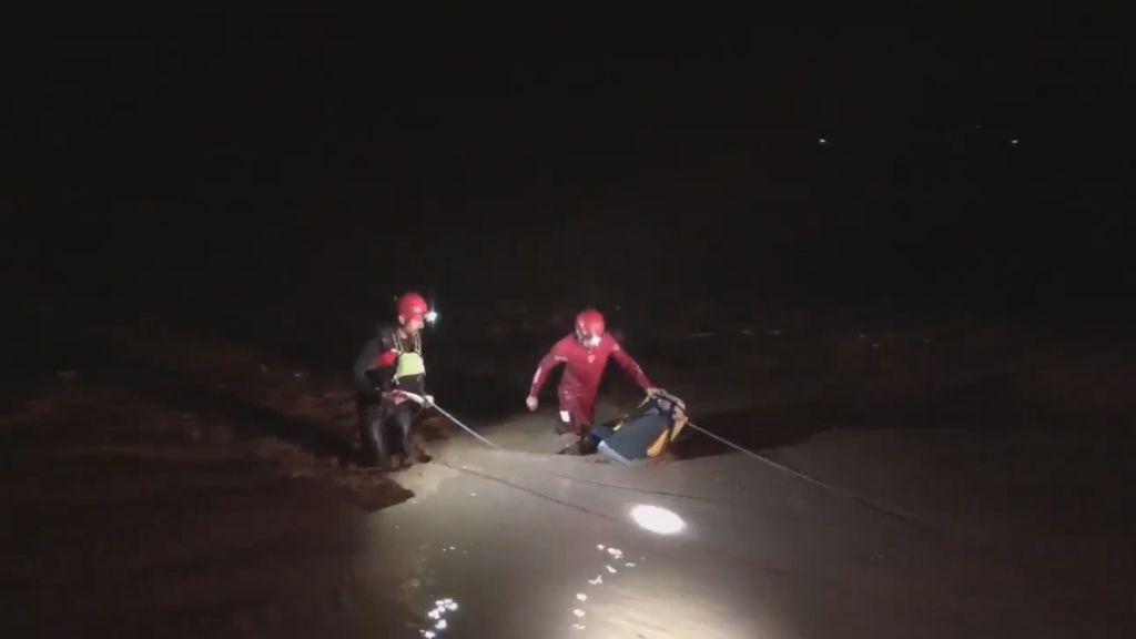 Los bomberos atraviesan la riada en sus labores de rescate en Bobadilla, Málaga