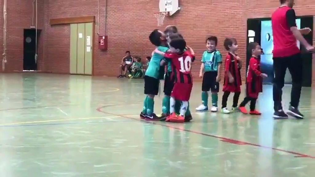 Le meten un gol en contra, pero se une a la celebración del equipo rival 😍