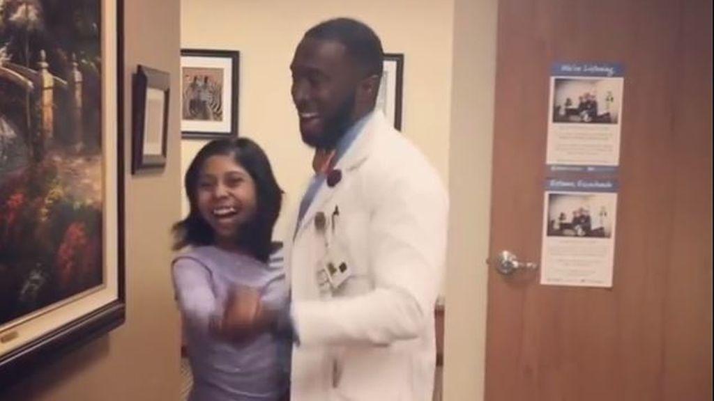 El mejor pediatra del mundo hace sonreír a los niños enfermos gracias al baile