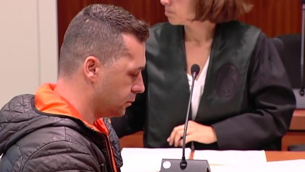 Las tretas de un hombre para retrasar el juicio por haber apuñalado a su pareja con su hijo delante