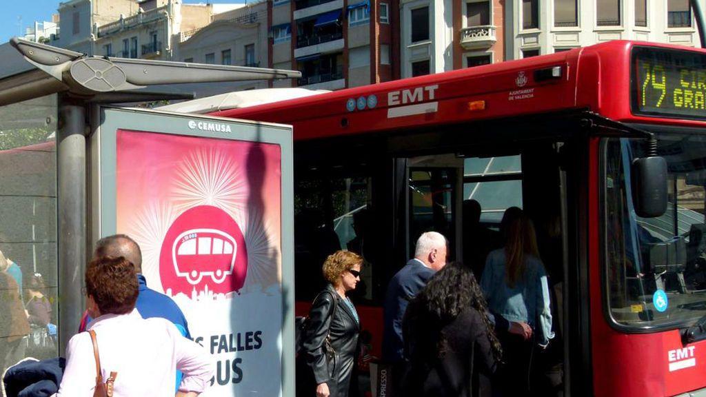 La EMT de Valencia quiere prohibir fumar en las paradas