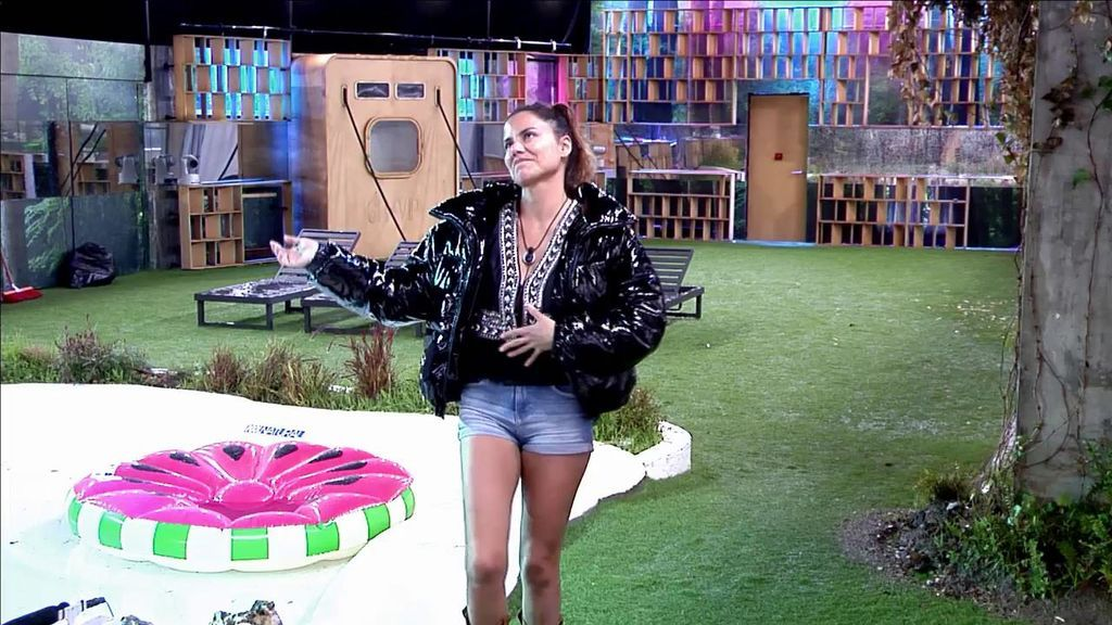 Mónica Hoyos baila sola bajo la lluvia ¡y se lo pasa mejor que nunca!