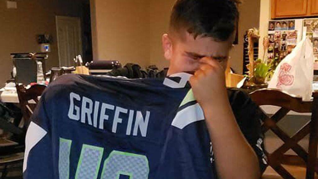 Un niño de 11 años, al que le falta una mano, no puede parar de llorar al recibir la camiseta de su ídolo, que tiene la misma discapacidad