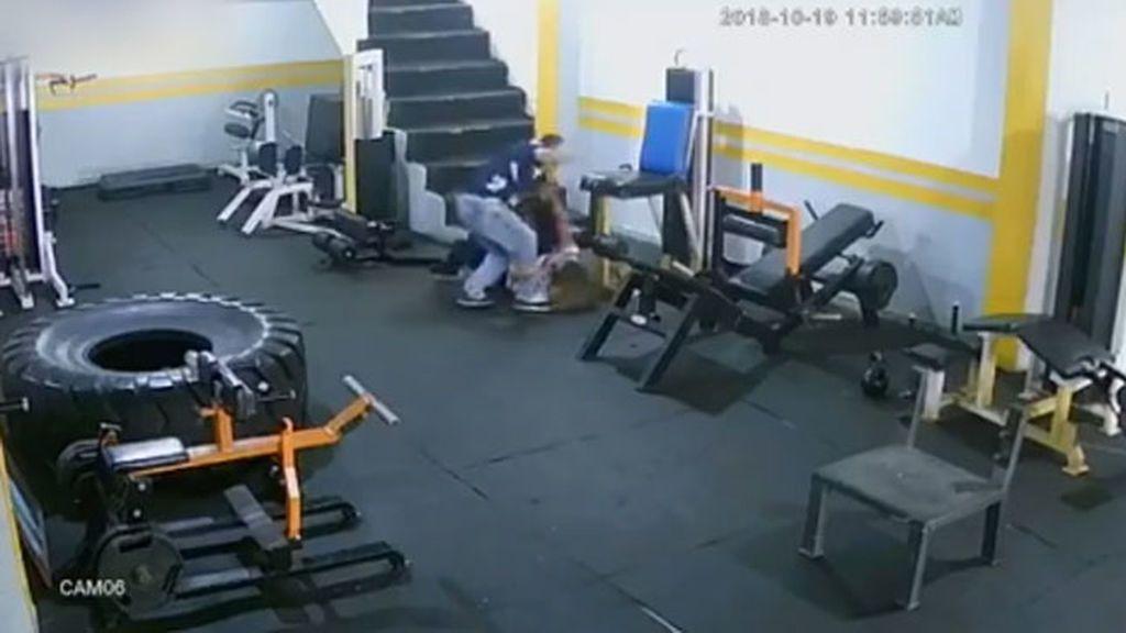 Brutal paliza de un joven a su exnovia en un gimnasio de Colombia