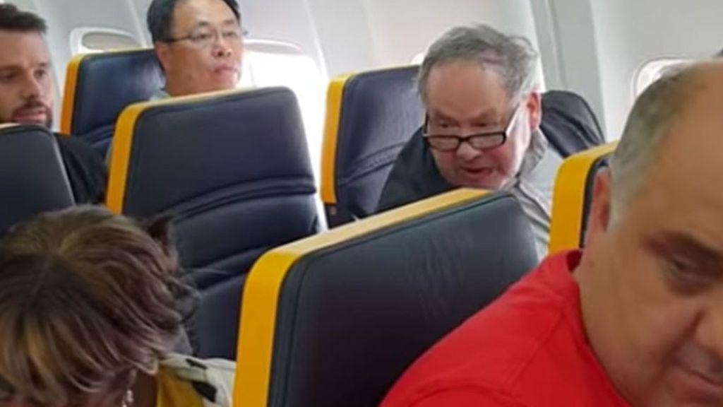 """Insultos a una mujer negra durante un vuelo de Ryanair: """"Fea, bastarda"""""""