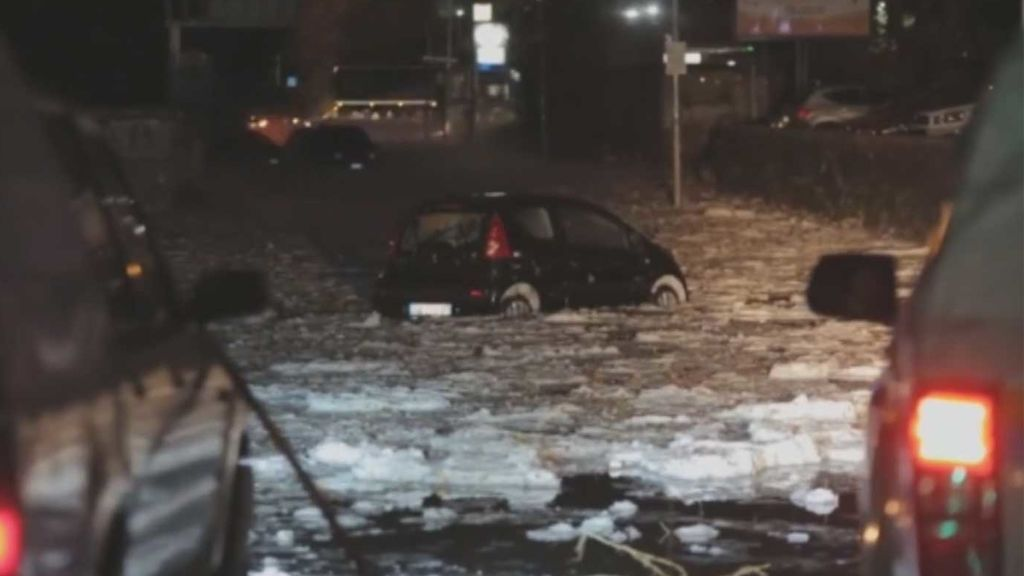 Coches flotando, conductores salvados in extremis… La lluvia y el granizo paralizan Roma