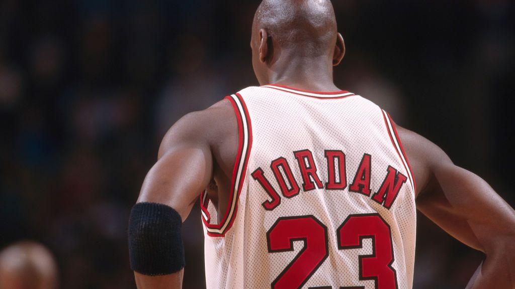 Se tatúa la camiseta de Michael Jordan en la espalda y responde a las críticas que le acusan de buscar la fama
