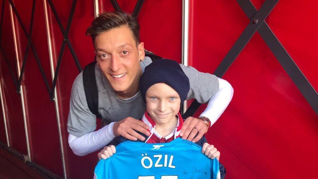 """Özil llora la muerte del joven Charlie, el pequeño 'gunner' víctima del cáncer: """"Te echaré mucho de menos"""""""
