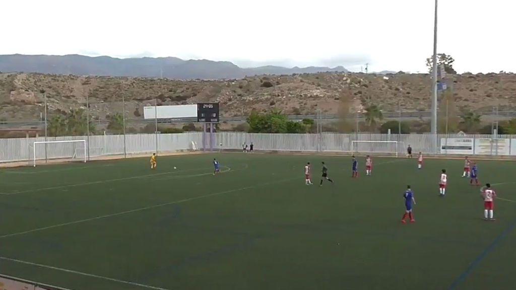 Un portero de 16 años asiste a un jugador rival para que le meta gol: el gesto del cadete B del  Almería que sorprende al equipo rival