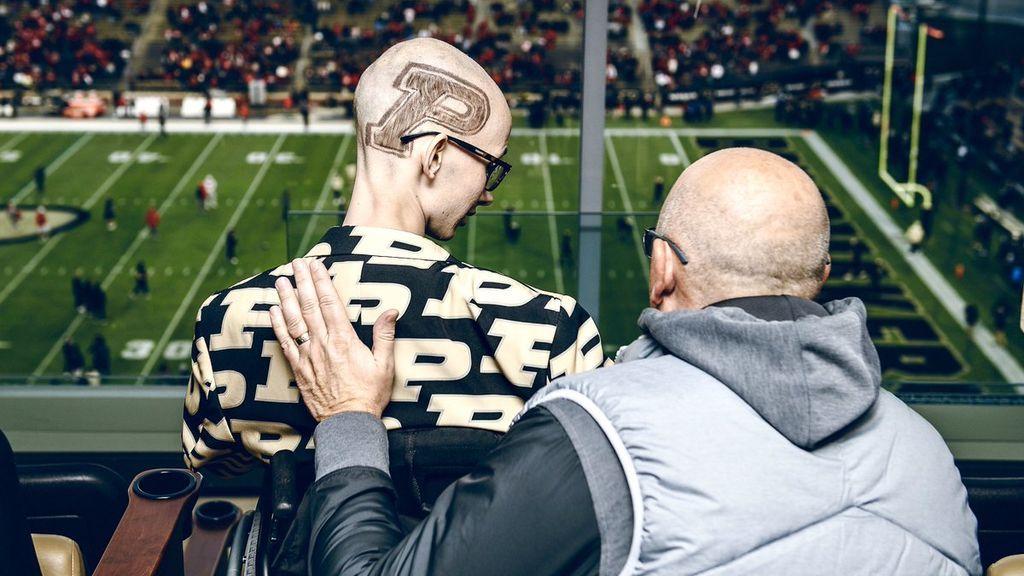 Supera tres veces el cáncer con 20 años y su equipo de fútbol le da la mayor sorpresa de su vida
