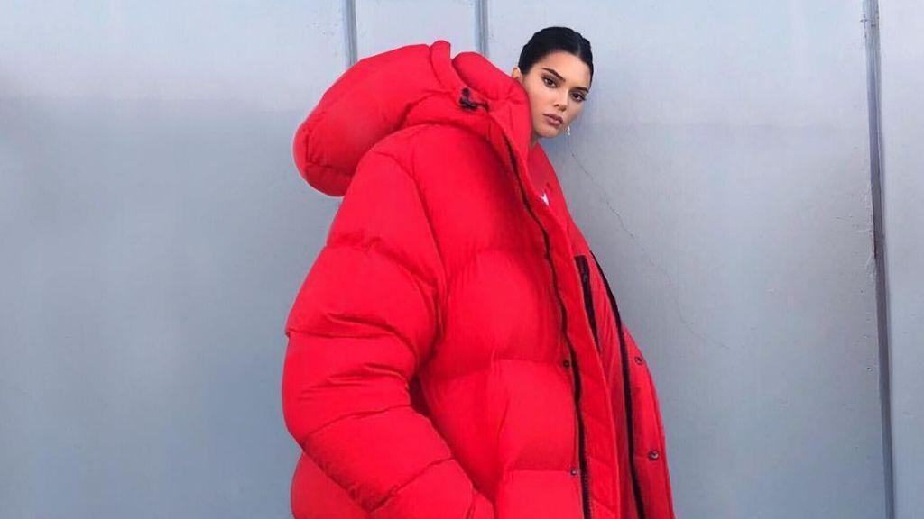 """El 'super abrigo' de Kendall Jenner llena las redes de memes y burlas: """"¿Qué demonios estoy mirando?"""""""
