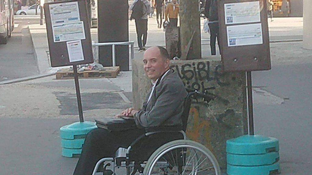 Obliga a los viajeros a bajarse de su autobús porque nadie ayudó a un hombre en silla de ruedas a subir