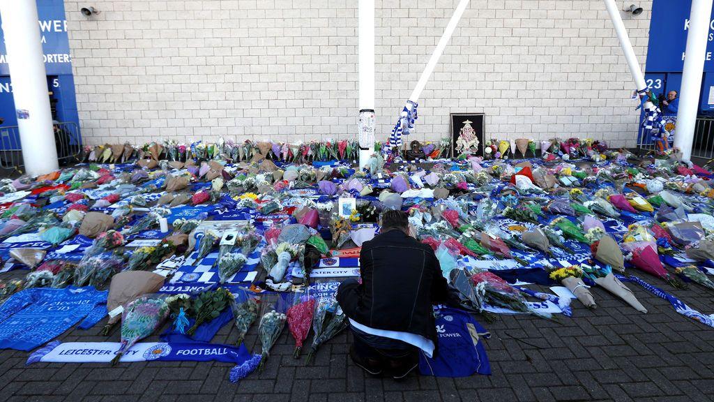 Los aficionados del Leicester llevan flores al estadio tras el accidente del helicóptero del dueño del club