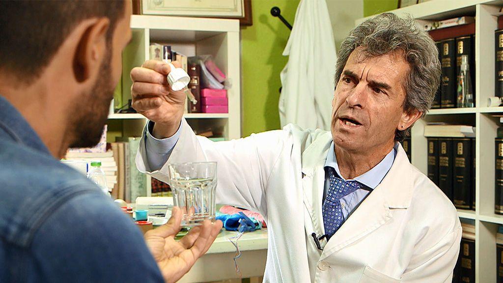 Entramos en la consulta del doctor Carlos Ruiz García: el defensor del clorito sódico