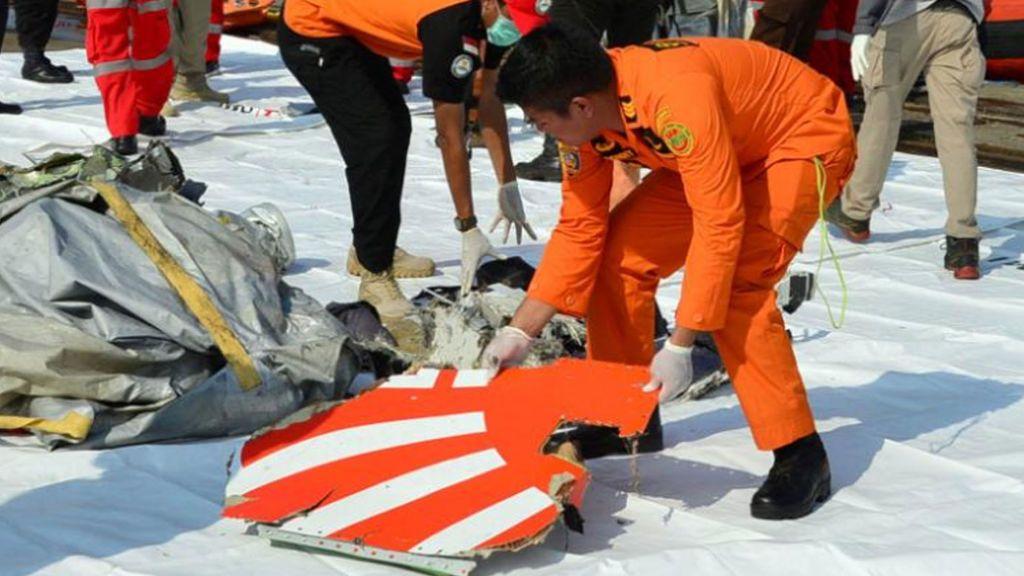 Hallan restos de fuselaje del avión de Lyon Air estrellado en Indonesia
