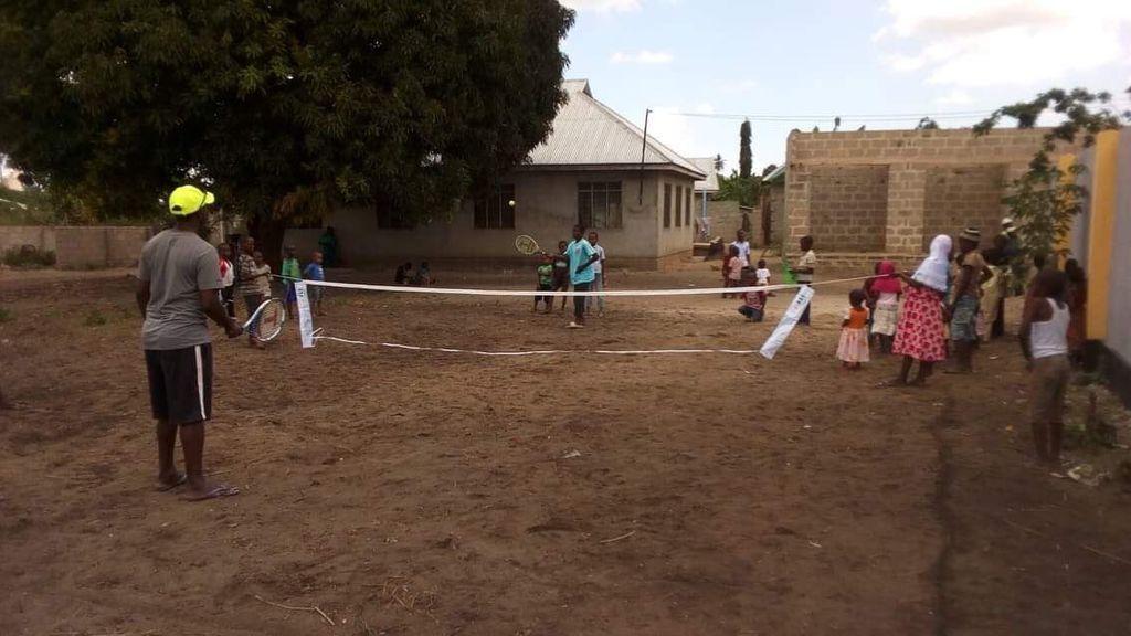 Construye una pista de tenis en Tanzania para enseñar a jugar a los niños de manera gratuita