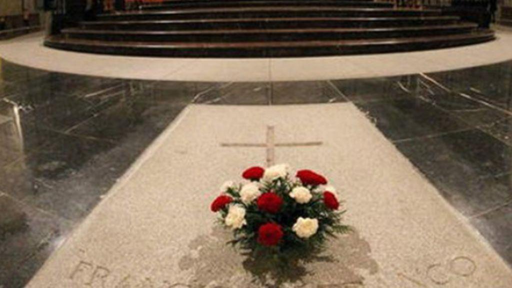 Profanan la tumba de Franco porque mató a mucha gente