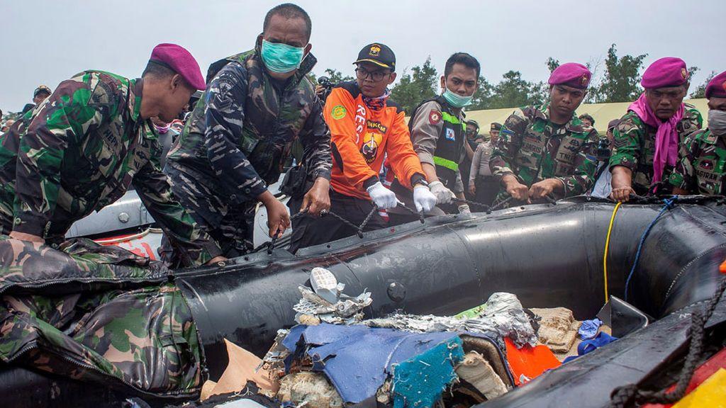Recuperan parte del fuselaje del avión que se estrelló en Indonesia y siguen buscando las cajas negras