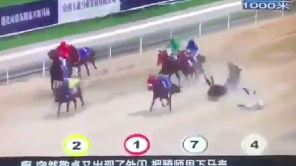 Locura en el hipódromo: la surrealista carrera de caballos que terminó con más de la mitad de jinetes en el suelo