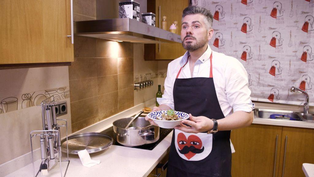 El peluquero Jesús Vázquez prepara su cena de 'Ven a cenar conmigo'.
