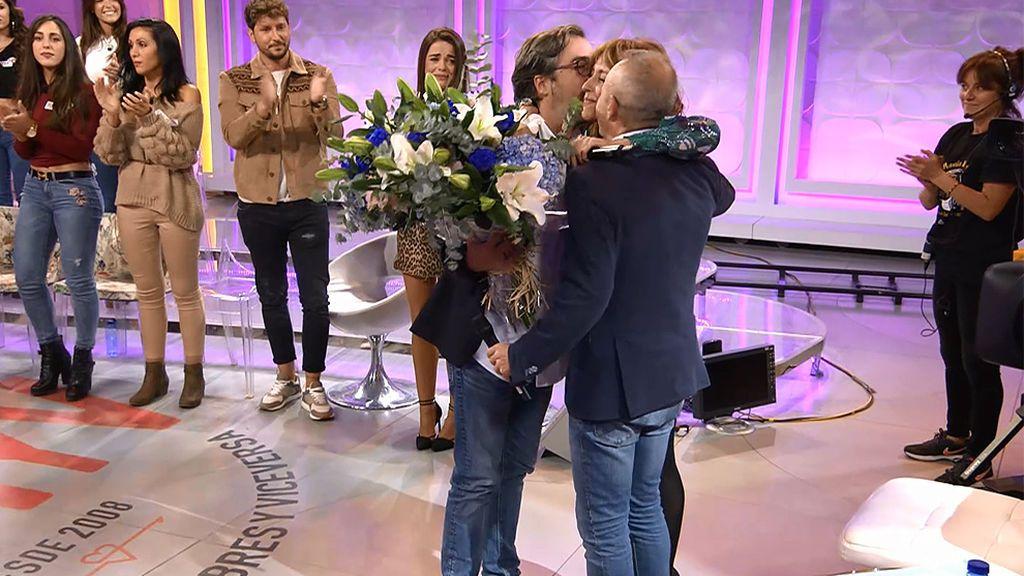 ¡Sorpresa! Javier Azcue y Juanma Ibáñez (director y realizador de 'MyH') le entregan un ramo de flores a Emma García