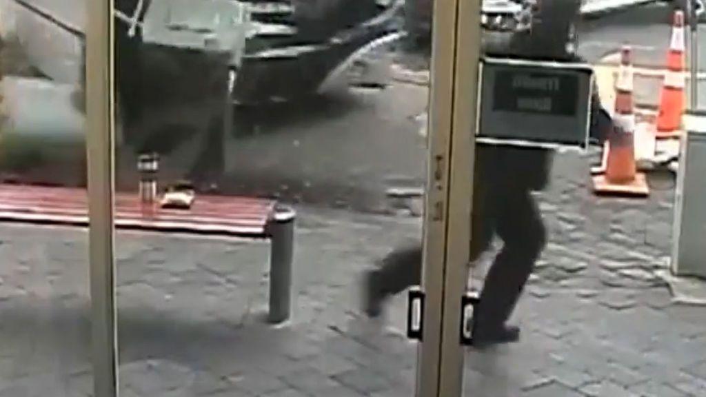Salva su vida en cuestión de segundos: de un salto esquiva al autobús que se le venía encima