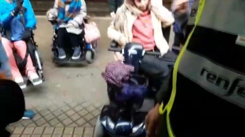 Tres discapacitados denuncian que los Cercanías de Renfe no tienen rampa de acceso