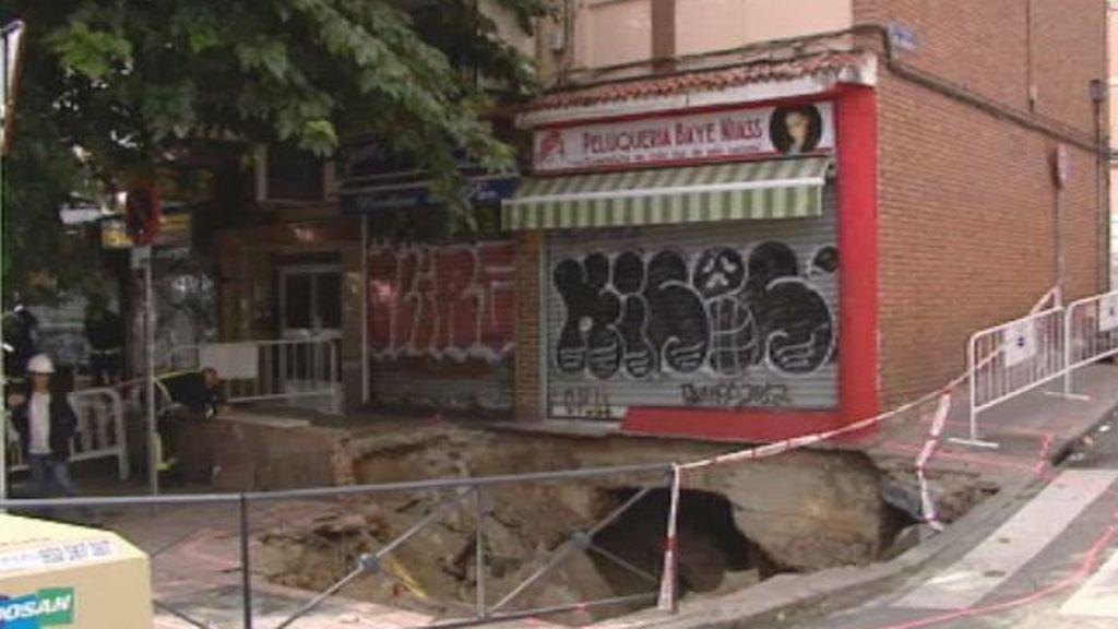 Diez viviendas y dos tiendas desalojadas por un socavón en Madrid
