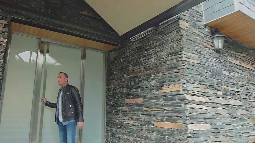Dos plantas, siete dormitorios y seis baños: Carlos Lozano vende su mansión