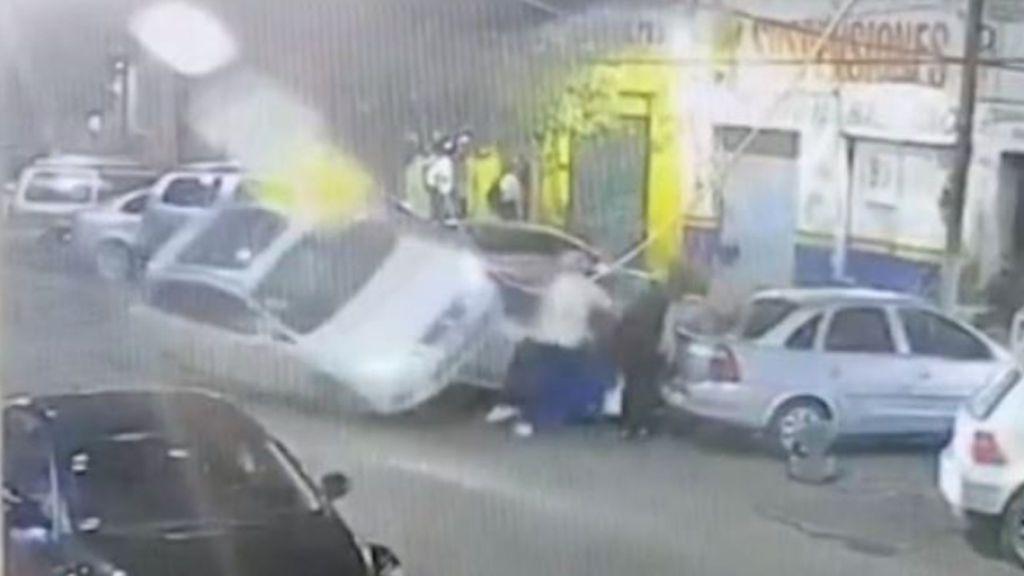 Arrolla a ocho personas tras recibir un disparo accidental mientras conducía en México