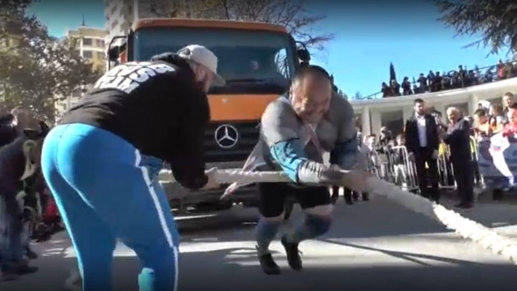 ¡Asombroso! El hombre más fuerte del mundo arrastra un camión de 26 toneladas durante 41 segundos