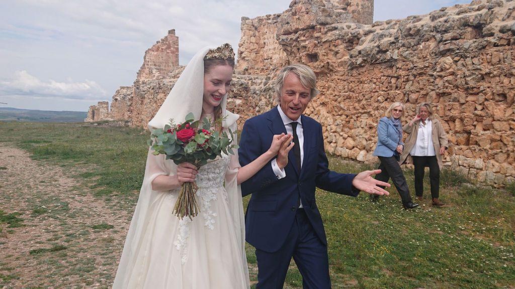 Calleja reivindica la vida rural en los pueblos y se estrena como padrino de boda