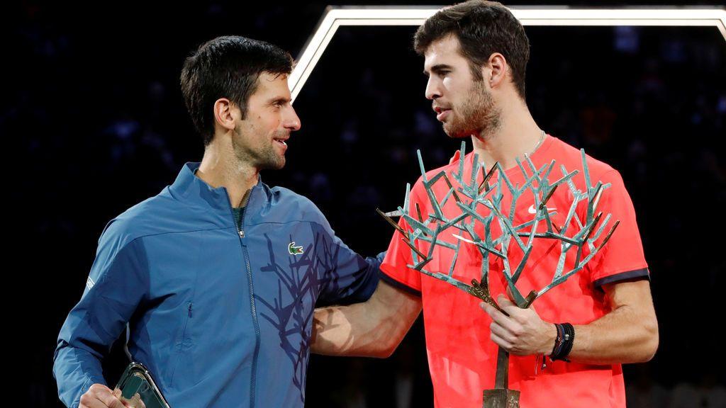 Khachanov da la sorprsa tras imponerse a Djokovic en el Masters 1.000 de París