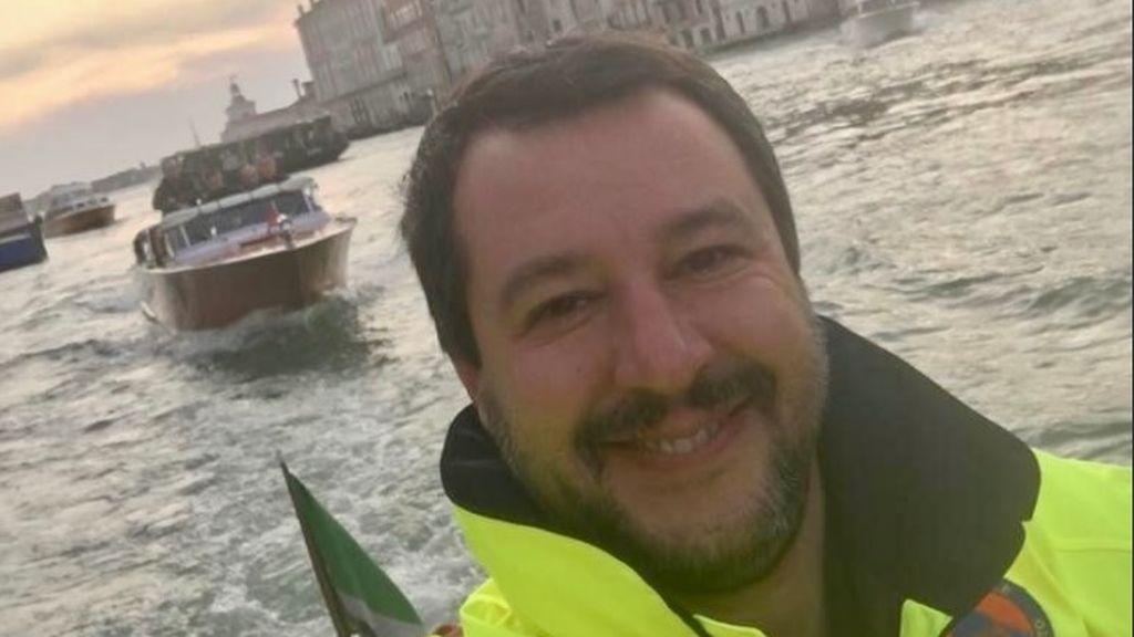 """Matteo Salvini, centro de las críticas por sonreír en un selfi en las inundaciones de Venecia: """"Cállate y haz tu trabajo"""""""